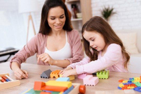 Bermain bersama anak (Governess)