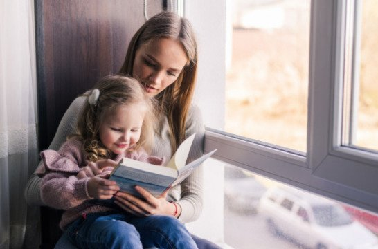 Membaca buku dengan anak (Babysitter)